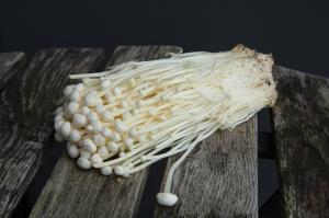 Champignons asiatiques farcis au méli-mélo de terre et mer_enoki-ou-enokitake_wp
